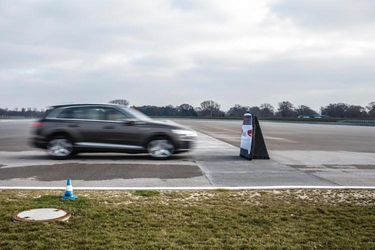 Audi pre sense city beobachtet die Straße hinsichtlich anderer Verkehrsteilnehmer (z. B. Fahrzeuge und Fußgänger). Droht eine Kollision, warnt es den Fahrer in einem abgestuften Konzept (Warnung, Warnruck und automatische Notbremsung), bei Bedarf leitet es eine Vollverzögerung ein.