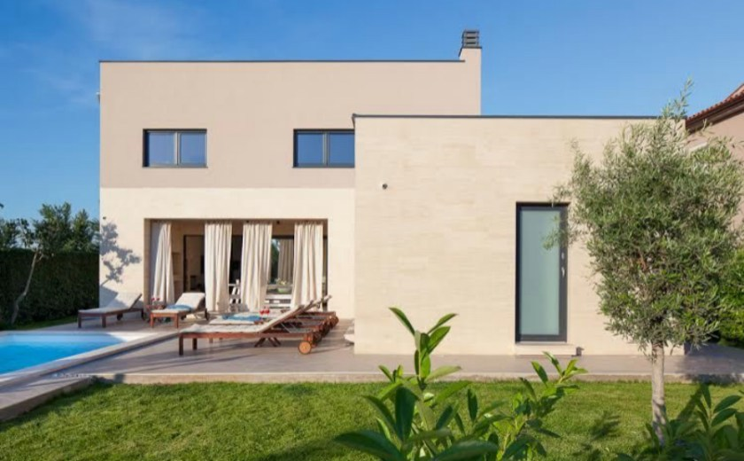 """Istrien in Kroatien: Coole Villa mit viel Platz und Pool nahe Nationalpark Brijuni. Entdecke mehr unter """"Feriendomizile, für die dich deine Kinder lieben werden"""" auf www.berlinfreckles.de"""