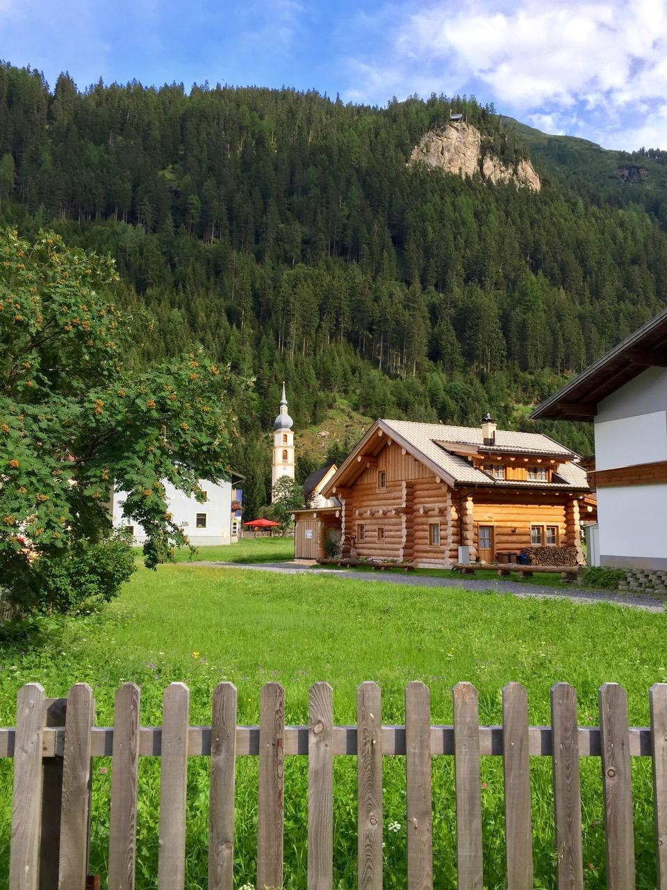Tirol barrierefrei: Feichten im Kaunertal mit Blick auf die Adlerspitze www.berlinfreckles.de