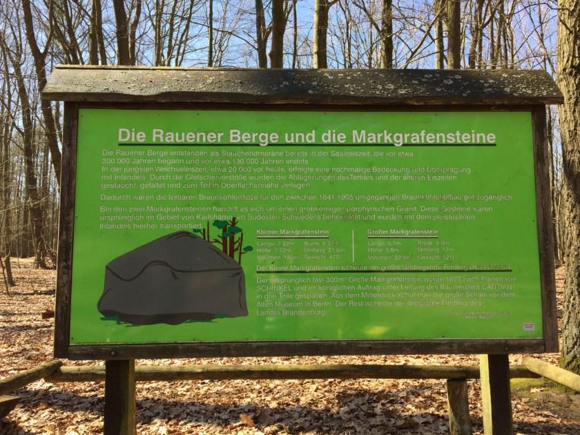 Eine Infotafel erklärt, was es mit den Markgrafensteinen auf sich hat und lüftet das Geheimnis, wie groß und wie schwer sie sind.