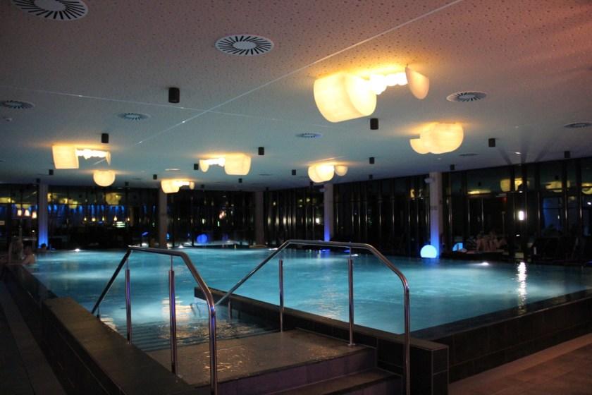Am Abend sind die Pools im a-ja Resort Bad Saarow schön beleuchtet.