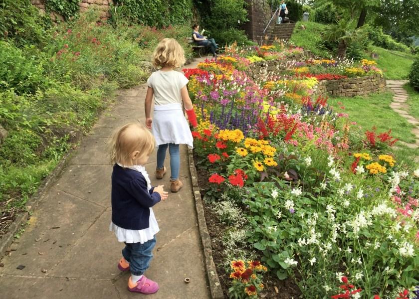 Während die Eltern die Aussicht genießen, wollen die Mädchen Blumen pflücken gehen. Ich kann sie mit Eis davon abhalten.