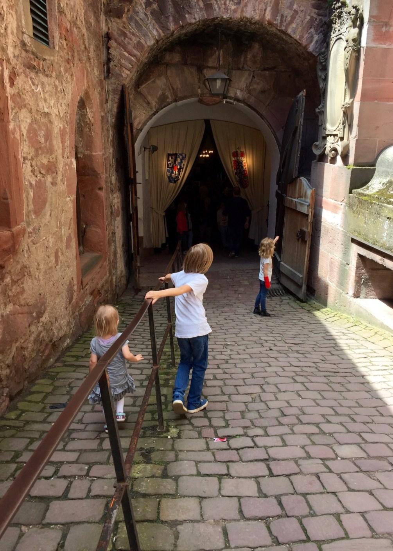 Mit Kindern im Heidelberger Schloss nicht verpassen: Den Weinkeller mit dem großen Fass.