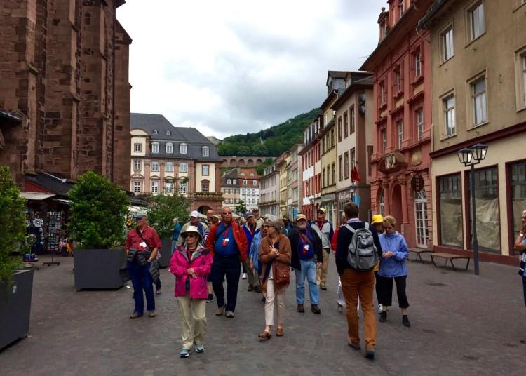 Touristenmagnet Heidelberg: Ein Rudel älterer Herrschaften