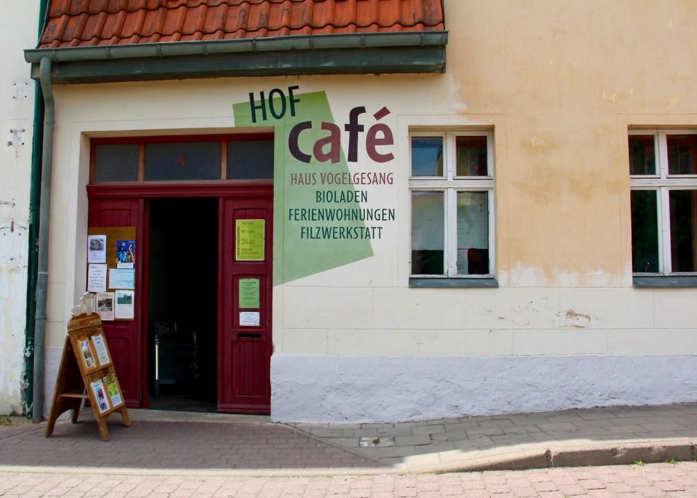 Beim Hofcafé in Lychen lohnt sich der Gang durch den Torbogen.