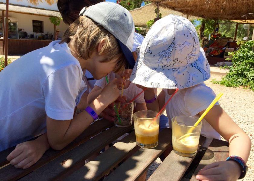 Kopfweh durch Hitze und Sonne? Dann ab in den Schatten und etwas trinken. Kopfschmerzen bei Kindern: Was hilft auf Reisen?