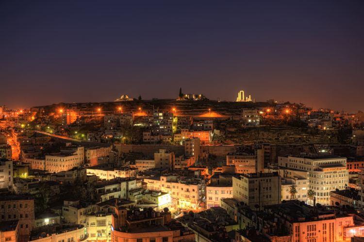 Amman bei Nacht. Jordanien mit Kindern: Tipps und Reiseinspirationen findest du auf www.berlinfreckles.de