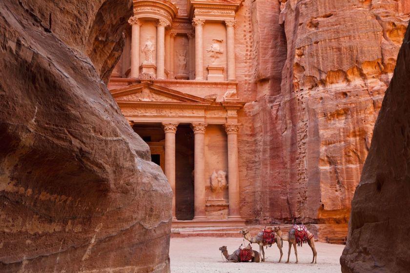 Jordanien, Weltkulturerbe Petra, das berühmte Schatzhaus. Khazne al-Firaun. Jordanien mit Kindern: Tipps und Reiseinspirationen findest du auf www.berlinfreckles.de