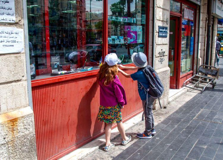 Neugierig in Downtown Amman. Jordanien: Highlights und Impressionen von einer Rundreise mit Schulkind. Mehr dazu auf www.berlinfreckles.de