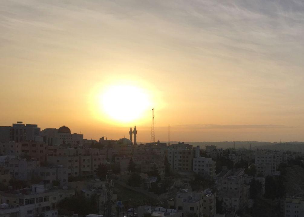 Sonnenaufgang über der jordanischen Hauptstadt Amman. Jordanien: Highlights und Impressionen von einer Rundreise mit Schulkind. Mehr dazu auf www.berlinfreckles.de