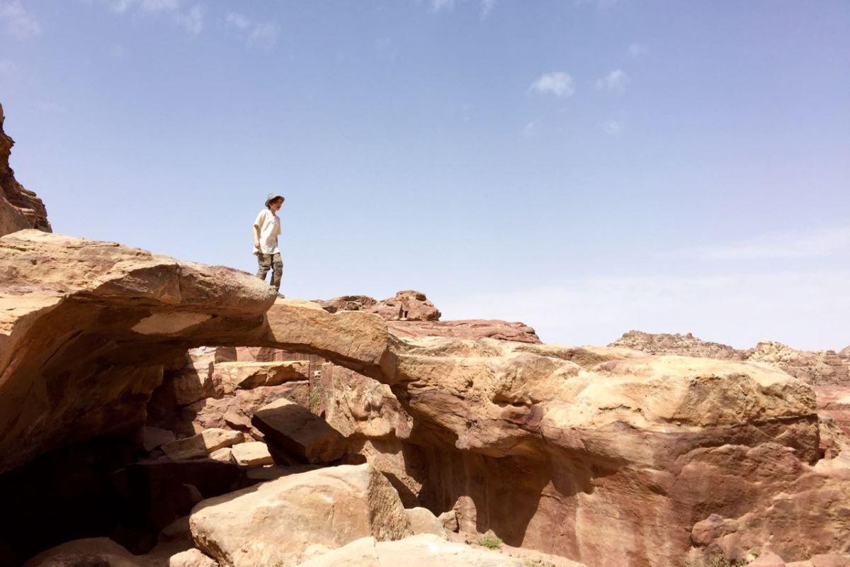 Petra ist ein Kletterparadies für Kinder. Hier eine Felsenbrücke mitten der Felsenstadt Petra. Jordanien: Highlights und Impressionen von einer Rundreise mit Schulkind. Mehr dazu auf www.berlinfreckles.de