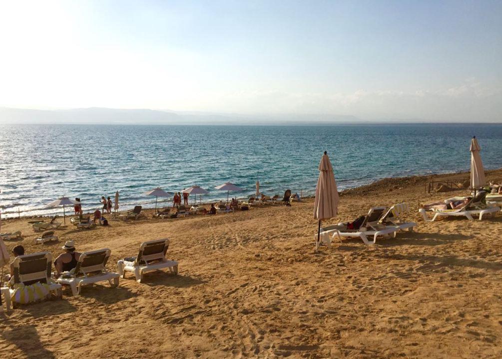 Einer der Hotelstrände am Toten Meer. Jordanien: Highlights und Impressionen von einer Rundreise mit Schulkind. Mehr dazu auf www.berlinfreckles.de