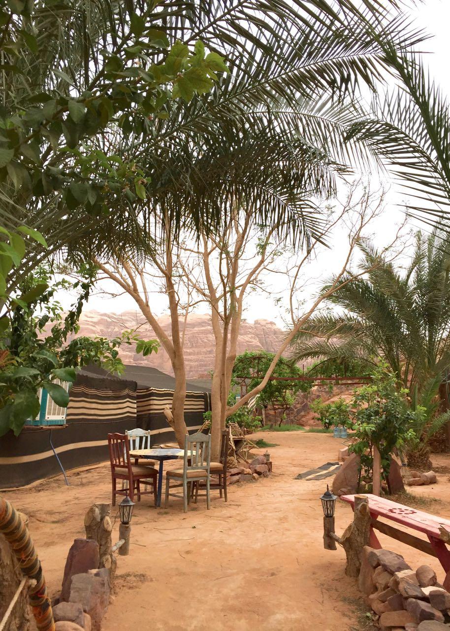 """Ein bisschen Hippie Feeling im Wüstencamp """"Captain's Dessert Camp"""" im Wadi Rum. Jordanien: Highlights und Impressionen von einer Rundreise mit Schulkind. Mehr dazu auf www.berlinfreckles.de"""