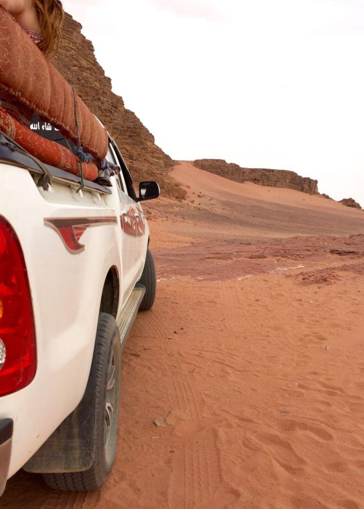 Eine Jeep Tour durch das Wadi Rum ist ein großer Spaß für Kinder, die sich schon gut festhalten können. Jordanien: Highlights und Impressionen von einer Rundreise mit Schulkind. Mehr dazu auf www.berlinfreckles.de