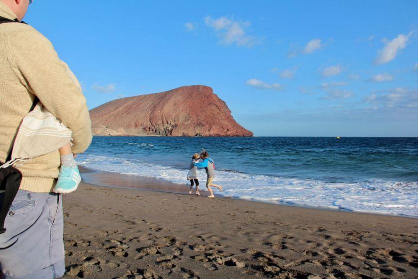 Teneriffa mit Kindern im Winter - Playa de La Tejita mit Blick auf den majestätischen Vulkankegel Montaña Roja