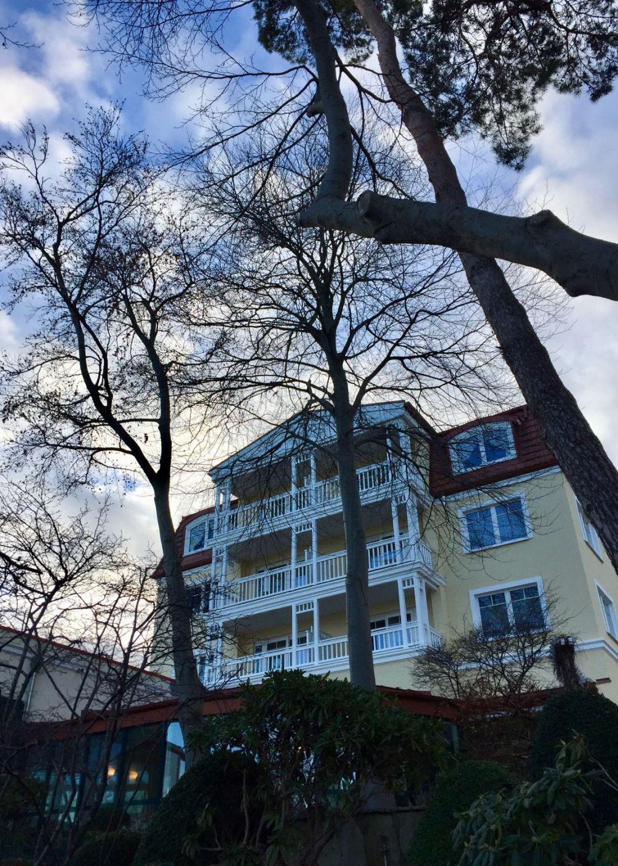 Travel Charme Strandhotel Bansin: Blick von der Strandpromenade direkt auf das Hotel