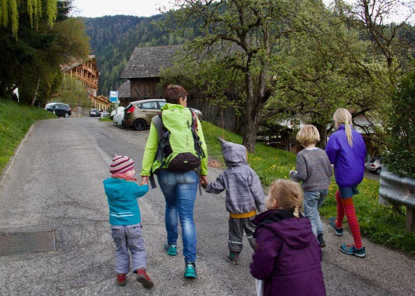 ...während die Kinder begeistert mit der Wanderführerin mitlaufen.