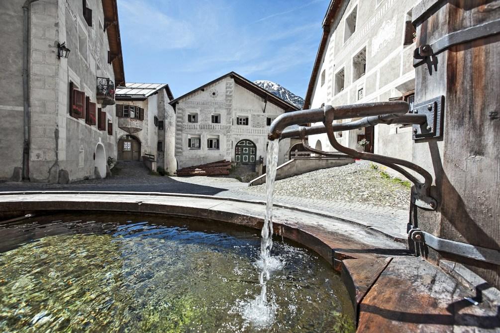 Schweiz mit Kindern: Ideen für den Familienurlaub in Graubünden, Brunnen in Guarda, Foto: Graubünden Ferien