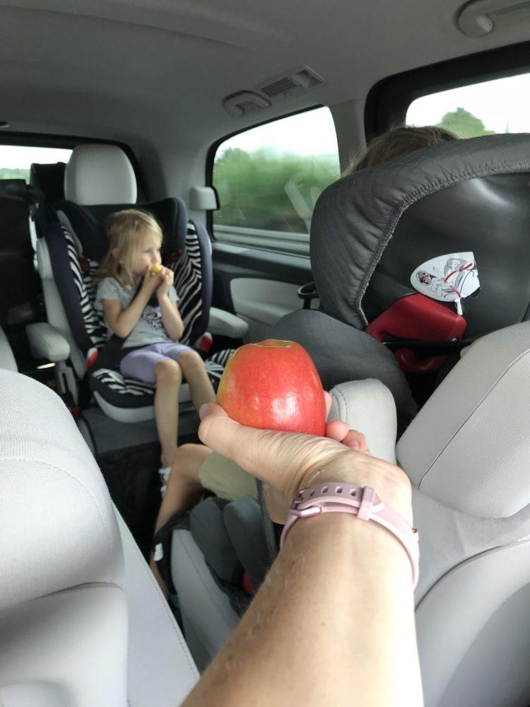 Familien im Auto: Einer muss für Versorgung und Bespaßung sorgen.
