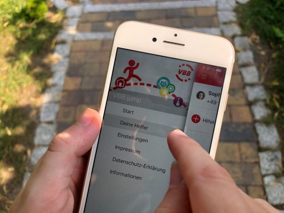 """Smartphone mit Kids-App """"VBB Jump"""" in den Einstellungen - Fahrinfos mit der Kids-App """"VBB jump"""": So funktioniert die ÖPNV App für Kinder"""