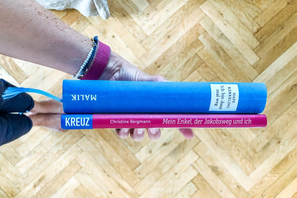 Zwei Pilgerbücher in einer Hand - In meinem Kopf laufe ich immer noch