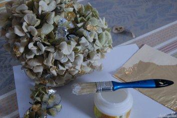 Blattgold lässt sich vorsichtig mit eine Anlegemilch auftragen. Wenn es nicht auf die Akuratesse ankommt, funktioniert aber auch ein Leim, wie man ihn für Serviettentechnik nutzt