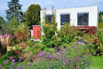Das Haus hat eine sehr gradlinige Formensprache, der Garten bricht die Strenge auf