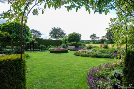 Blick über die Rasenfläche auf das Rondell