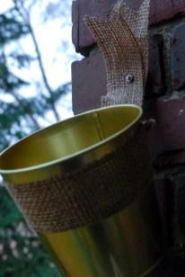 Mit den Klebeschrauben lassen sich die Töpfe leicht und sicher anbringen