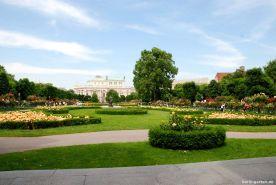 Der weitläufige Rosengarten