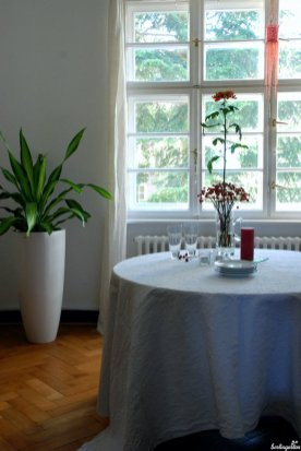 Esszimmer mit Chrysanthemenschmuck. Das hohe, aufstrebende Arrangement passt zu hohen Räumen.