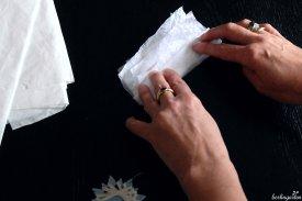 Das Papier wird mehrlagig im Zickzack gefaltet