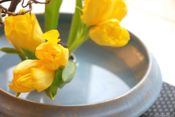 Ikebana mit mehrblütigen Tulpen