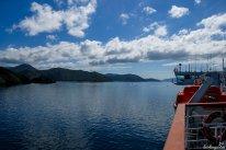 Die Fähre, die zwischen Süd- und Nordinsel pendelt, gleitet durch die traumhaften Marlborough Sounds. Sunde sind mit Wasser vollgelaufene ehemalige Bergtäler