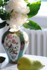 Paeonia lactifolia Festiva Maxima in der Vase Mandschu von Kaiser