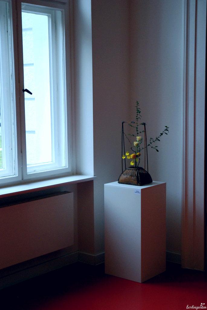 Ein traditionell anmutendes Ikebana mit Rosen, Orchideen und Zierquitte von Sabine Dahlke-Mues