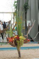 Renates Objekt als Kombination aus knorrigem Zweig, dafür angepasster Keramik und Herbstblumen