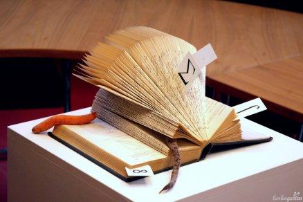 """Hommage an den Ausstellungsort: """"Wurzel aus"""" von Barbara Auth. Oder ist es der Bücherwurm?"""