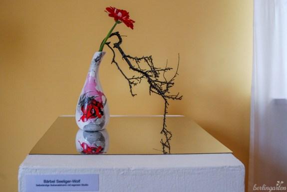 Bärbel Seeliger-Wolf und eigens gestaltete Vase in Nagellack-Technik