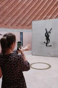 Besucherin im Musée Yves Saint Laurent