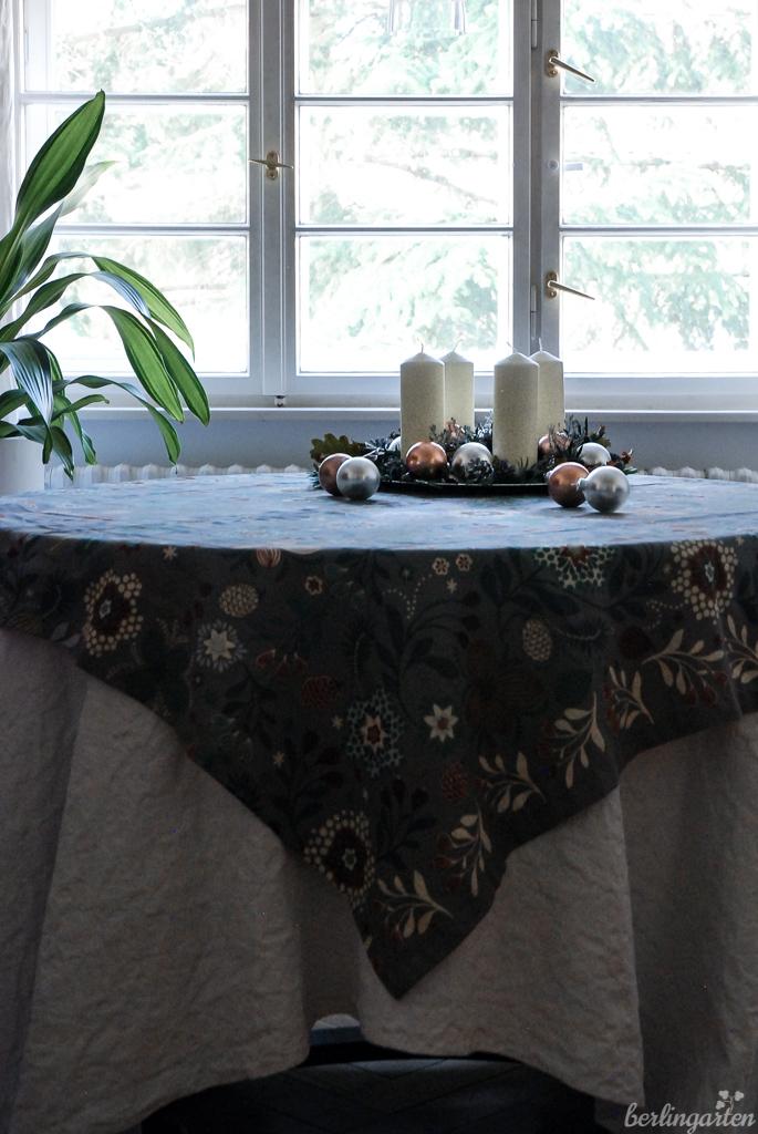 Adventsteller auf Tisch