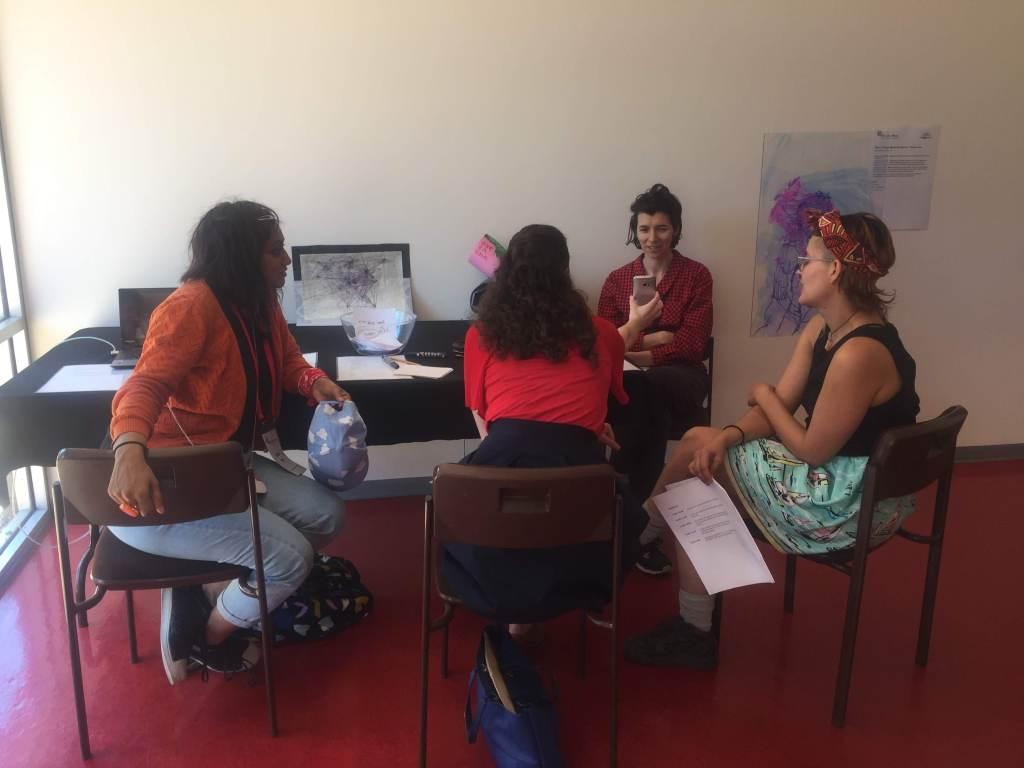 Vier Frauen reden um einen Tisch