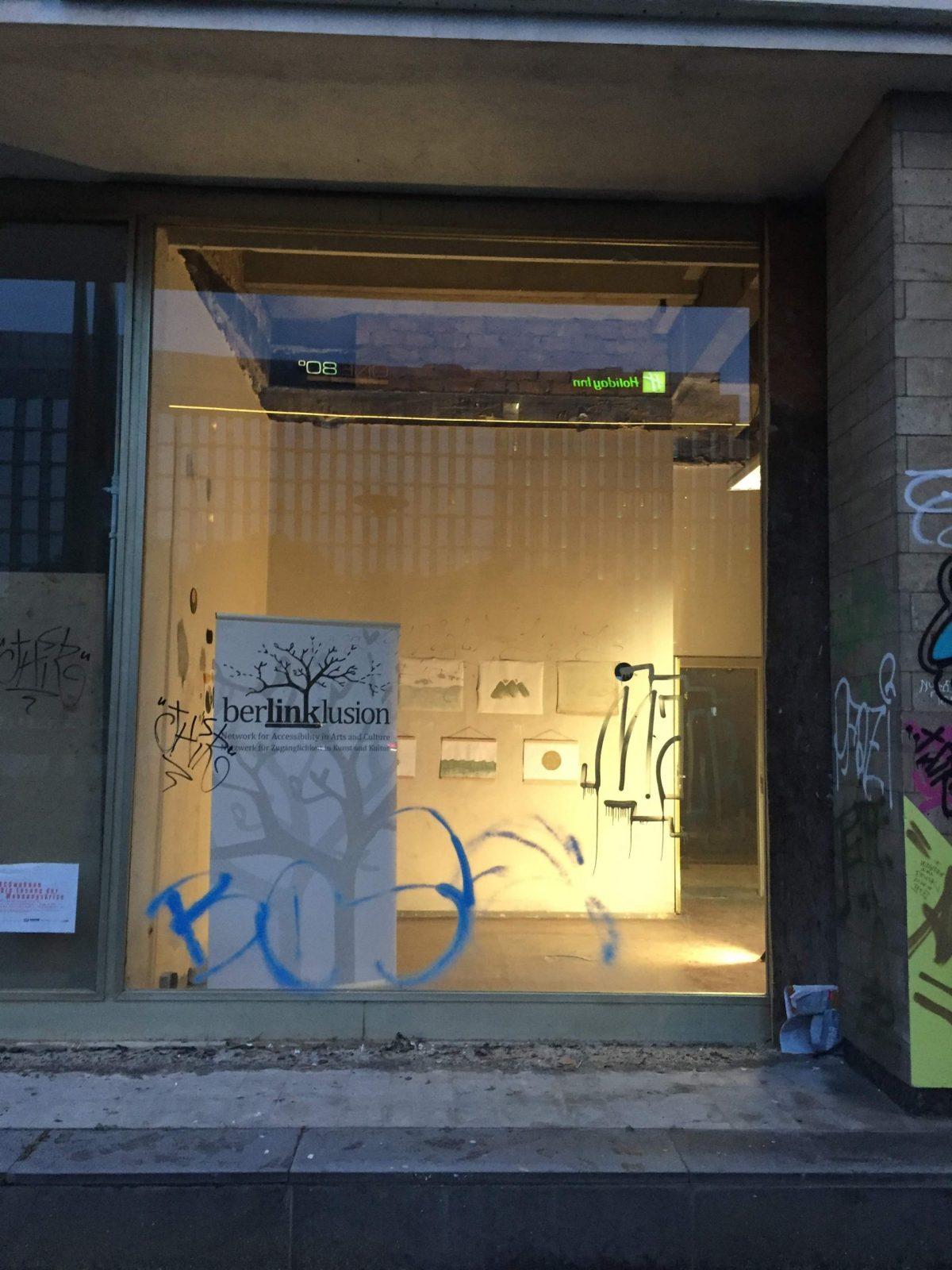 Blick durch ein Schaufenster in den Ausstellungsraum.