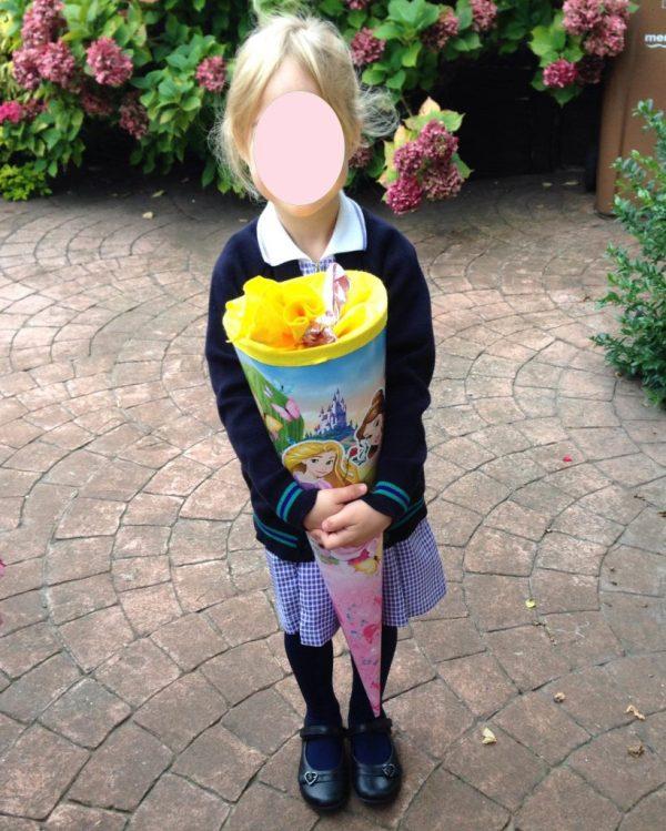 Kind in Uniform zur Einschulung in London