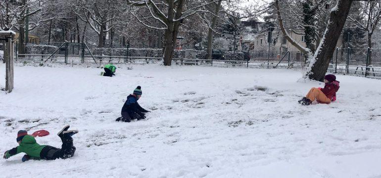 Kinder spielen trotz Pandemie glücklich im Schnee