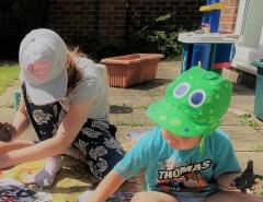 Kinder spielen mit Fingerfarbe