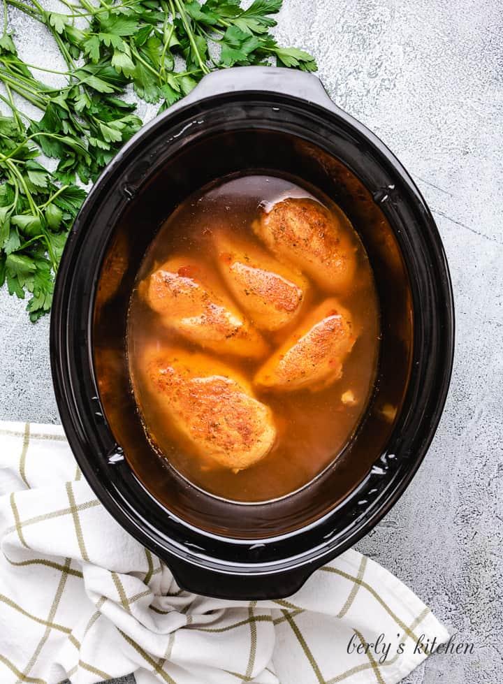 Tencerede ızgara tavuk pişirme.