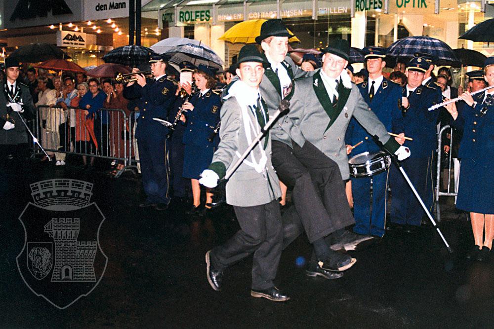 Nur weil der Zeh gebrochen ist heißt das nicht, dass man nicht an der Parade teilnehmen kann!