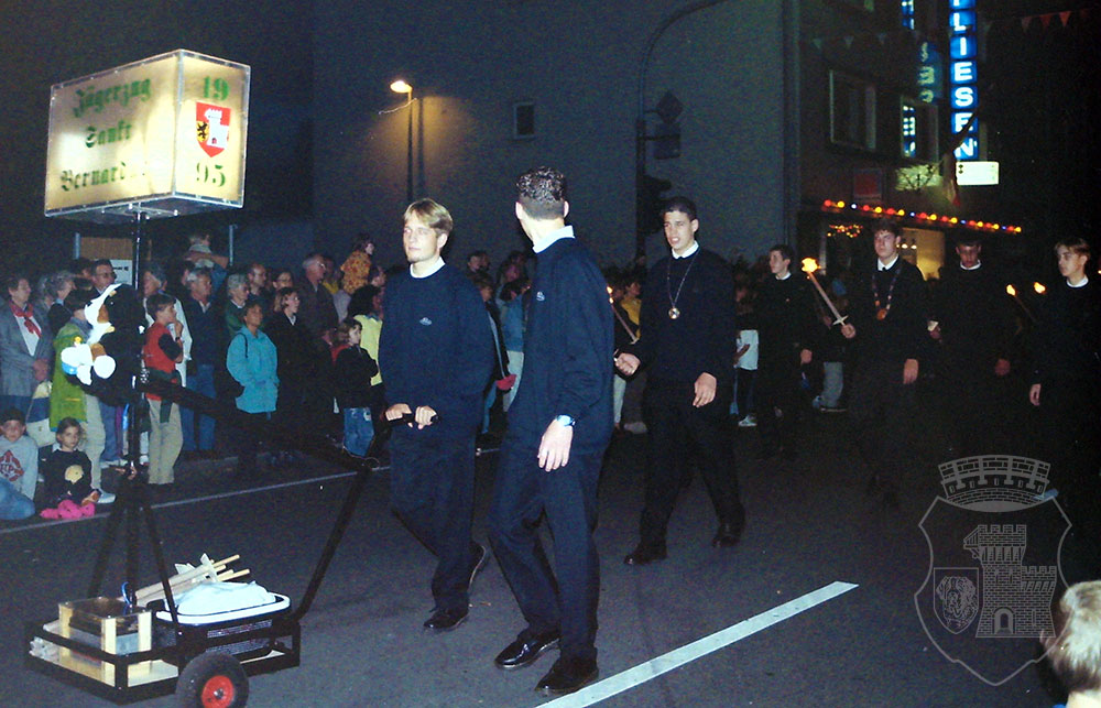 "Bernardus mit Orkener ""Fackelmädchen"" beim Umzug 1998."