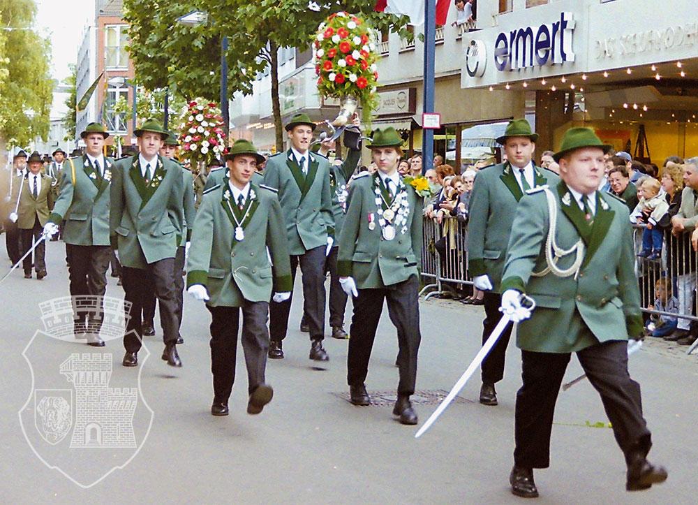 Stiev-Staats: Die Bernardus-Parade am Kirmessonntag 2000 mit Interims-Hauptmann Michael.